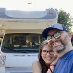 Zwei mit Van - vor ihrem geliehenen Camper (Eura Mobil)