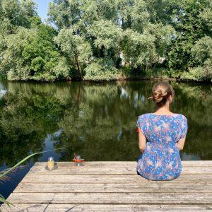 Fee auf dem Steg am See