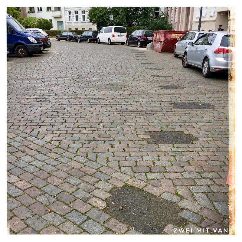 Leuschnerdamm in Berlin. Mauerreste im Kopfsteinpflaster (Mauerweg)